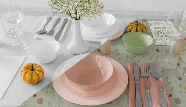 Grand angle d'arrangement de table de dîner de thanksgiving avec couverts et vaisselle
