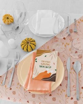 Grand angle d'arrangement de table de dîner de thanksgiving avec des couverts