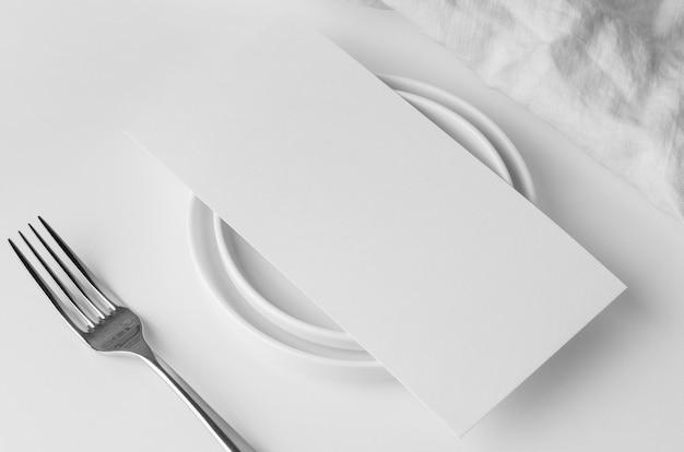 Grand angle de disposition de la table avec assiettes et maquette de menu de printemps