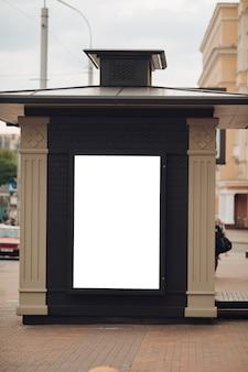 Grand bouclier pour la publicité extérieure, installé le long des autoroutes, des rues et des endroits bondés