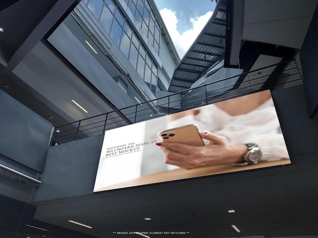 Grand panneau d'affichage vierge dans le modèle de maquette de bâtiment