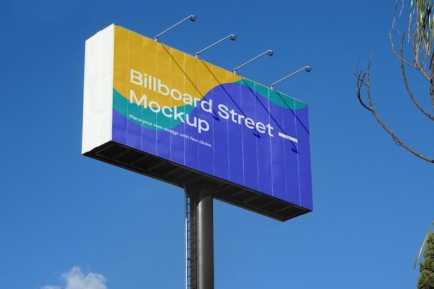 Grande maquette de panneau d'affichage sur ciel bleu