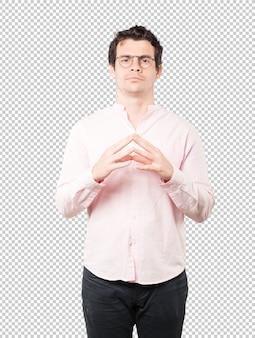 Grave jeune homme faisant un geste de concentration