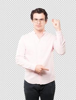 Grave jeune homme faisant un geste de force