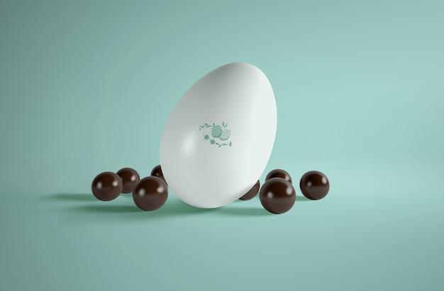 Gros œuf grand angle avec de petits œufs en chocolat à côté