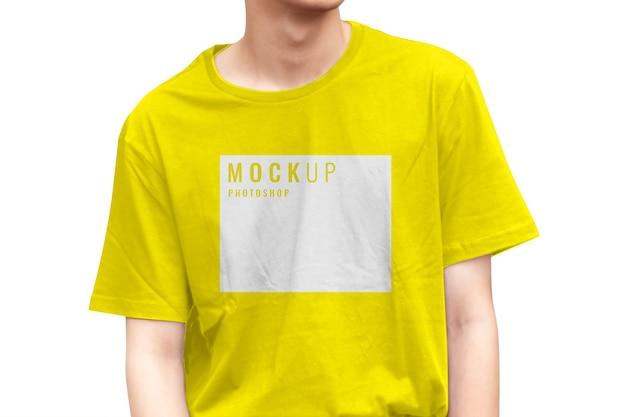 Gros plan sur l'adolescent portant une maquette de chemise jaune pour la marque