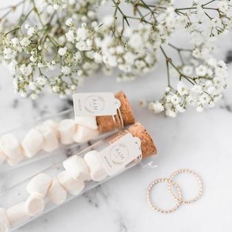 Gros plan des anneaux de mariage de papeterie avec maquette