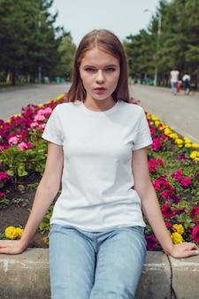Gros plan sur la belle jeune femme en maquette de t-shirt