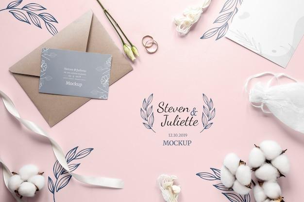 Gros plan de carte de mariage avec enveloppe et coton