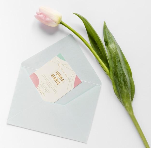 Gros plan de carte de mariage avec enveloppe et tulipe