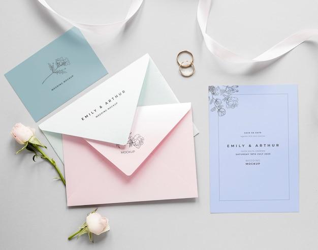 Gros plan de carte de mariage avec enveloppes et roses