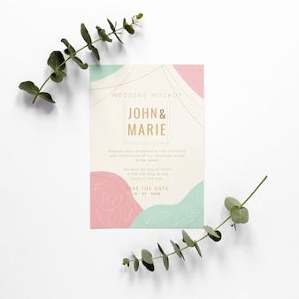 Gros plan de carte de mariage avec des plantes
