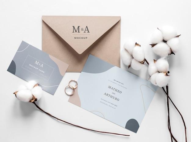 Gros plan de cartes de mariage avec anneaux et coton