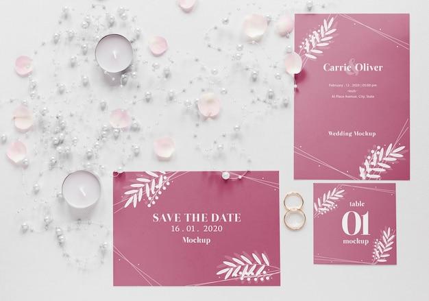 Gros plan de cartes de mariage avec des bougies et des anneaux