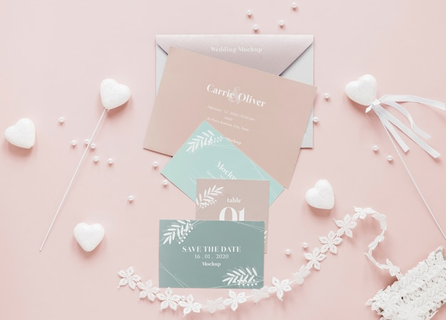 Gros plan de cartes de mariage avec des décorations de coeur