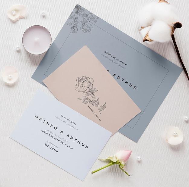 Gros plan de cartes de mariage avec du coton et des bougies