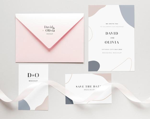 Gros plan de cartes de mariage avec enveloppe et ruban
