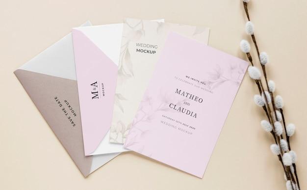 Gros plan de cartes de mariage avec des fleurs
