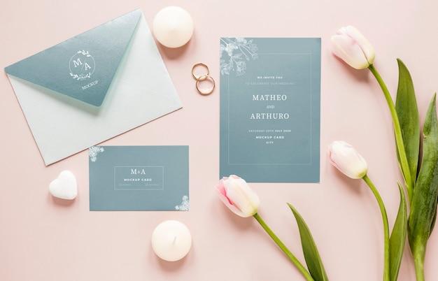 Gros plan de cartes de mariage avec tulipes et anneaux