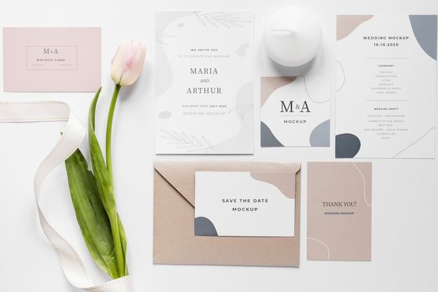 Gros plan de cartes de mariage avec tulipes et ruban