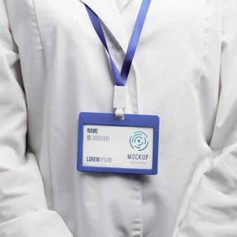 Gros plan chercheur avec carte d'identité
