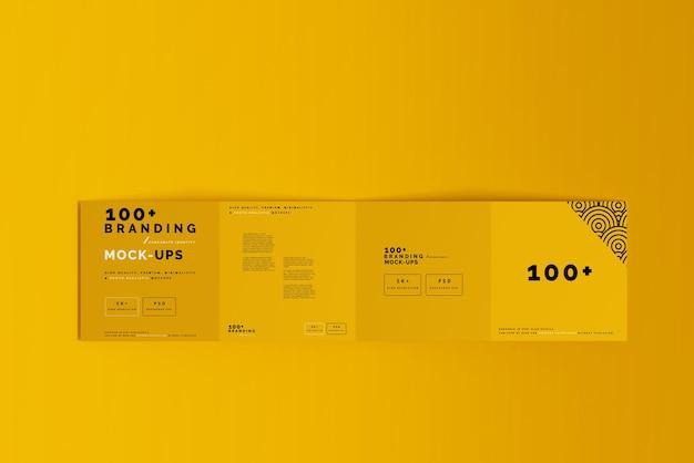 Gros plan sur l'emballage de la maquette de la brochure carrée quatre fois