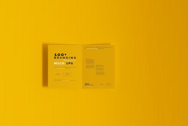 Gros plan sur l'emballage de la maquette de la brochure pliée en deux