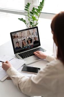 Gros plan femme en appel vidéo