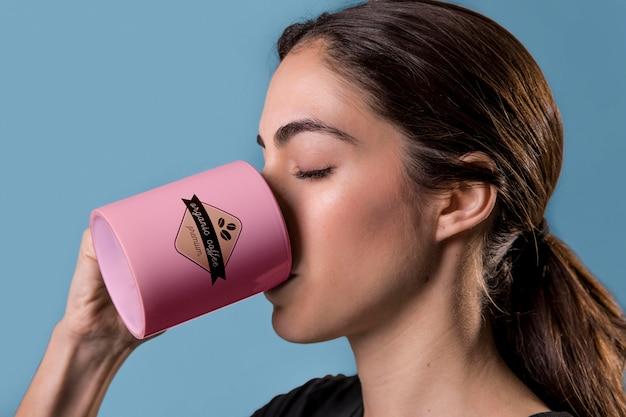 Gros plan, femme, boire, café