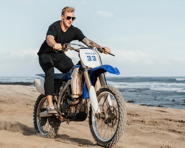 Gros plan sur l'homme à l'aide d'une maquette de moto