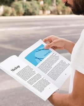 Gros plan homme sur livre de lecture de rue