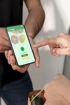 Gros plan des mains tenant un smartphone