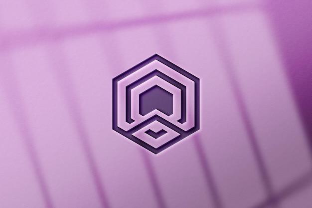 Gros plan sur la maquette du logo violet sur le mur