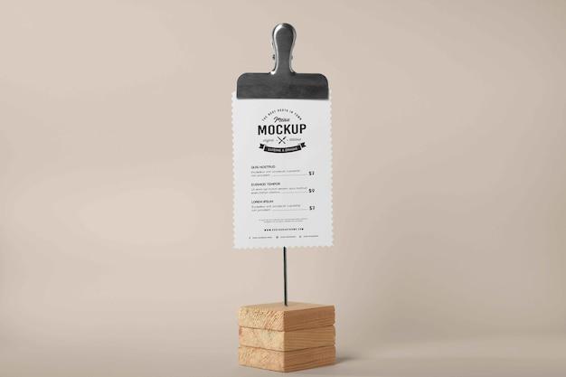 Gros plan sur la maquette du menu dans un support en bois
