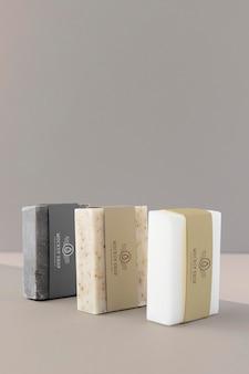 Gros plan sur une maquette d'emballage de savon artisanal