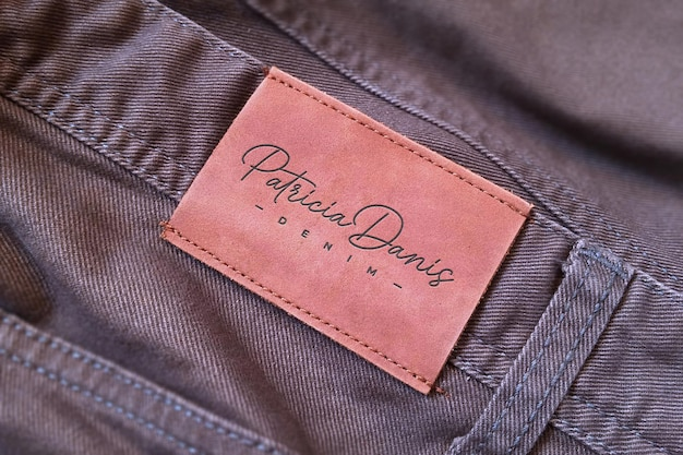 Gros plan d'une maquette de logo d'étiquette de jeans