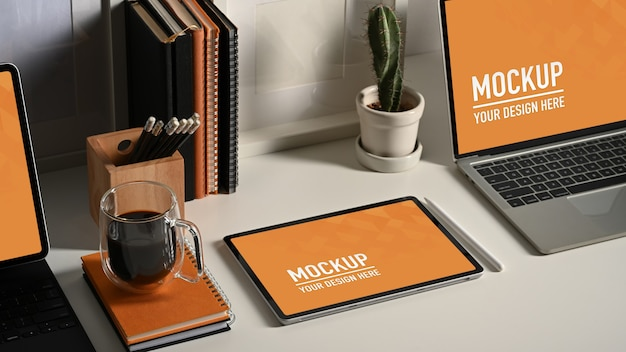Gros plan d'une maquette d'ordinateur portable et de tablette avec une tasse de café