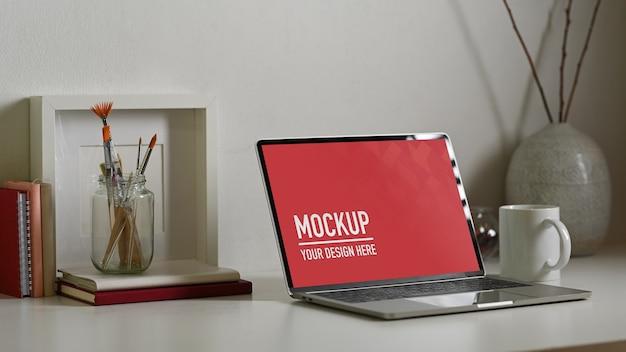 Gros plan d'une maquette d'ordinateur portable avec une tasse de café