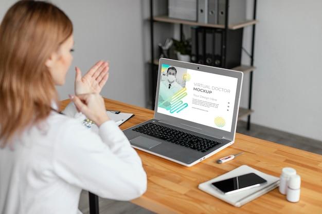 Gros plan d'un médecin virtuel expliquant