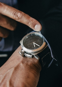 Gros plan d'une montre de luxe pour hommes