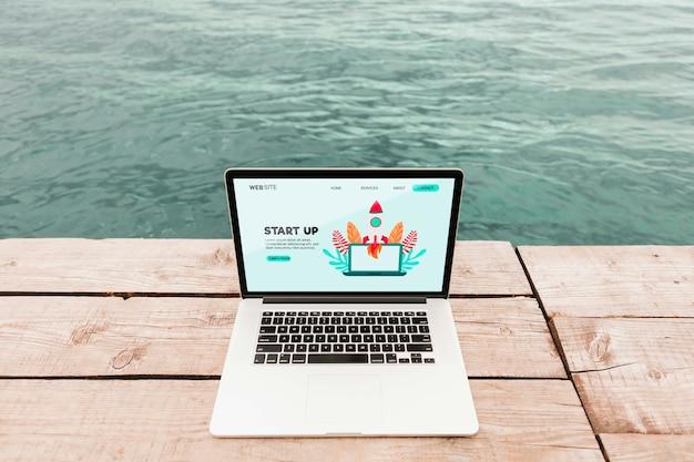 Gros plan d'un ordinateur portable avec une page de destination de démarrage