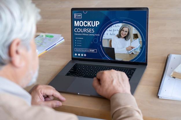 Gros plan sur une personne âgée à l'aide d'une maquette d'appareil numérique
