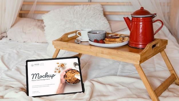 Gros plan sur le petit-déjeuner dans la maquette du lit