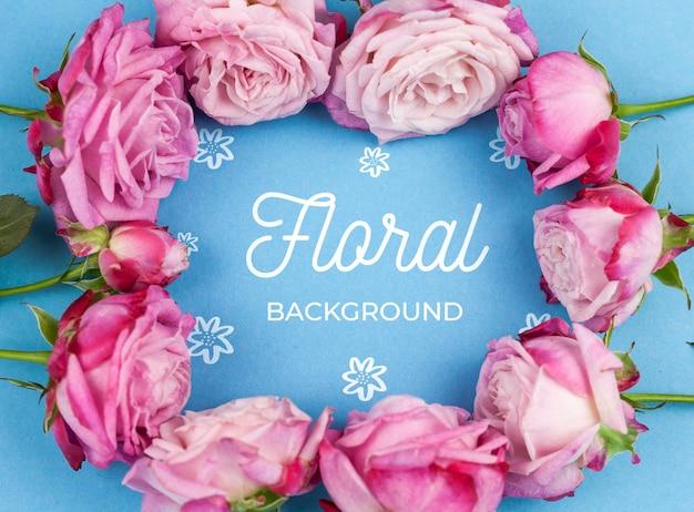 Gros plan des roses roses encadrant la maquette