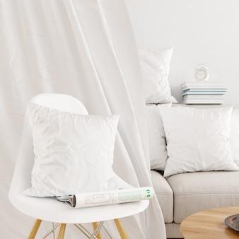 Gros plan d'une taie d'oreiller blanche sur une maquette de chaise moderne