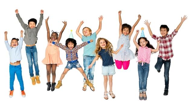Groupe diversifié d'enfants sautant et s'amusant