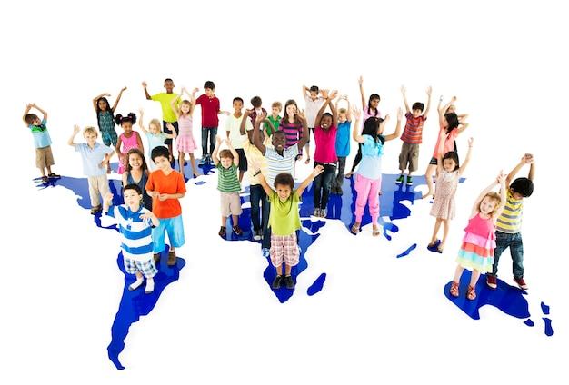 Groupe d'enfants divers debout avec les bras levés