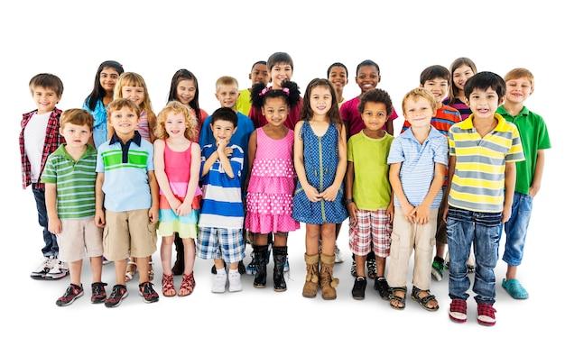 Groupe d'enfants divers debout ensemble isolé sur blanc