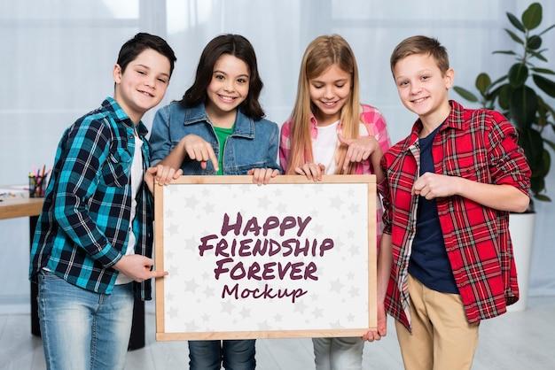 Groupe d'enfants heureux ensemble