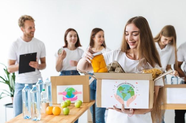 Groupe de personnes aidant avec des dons